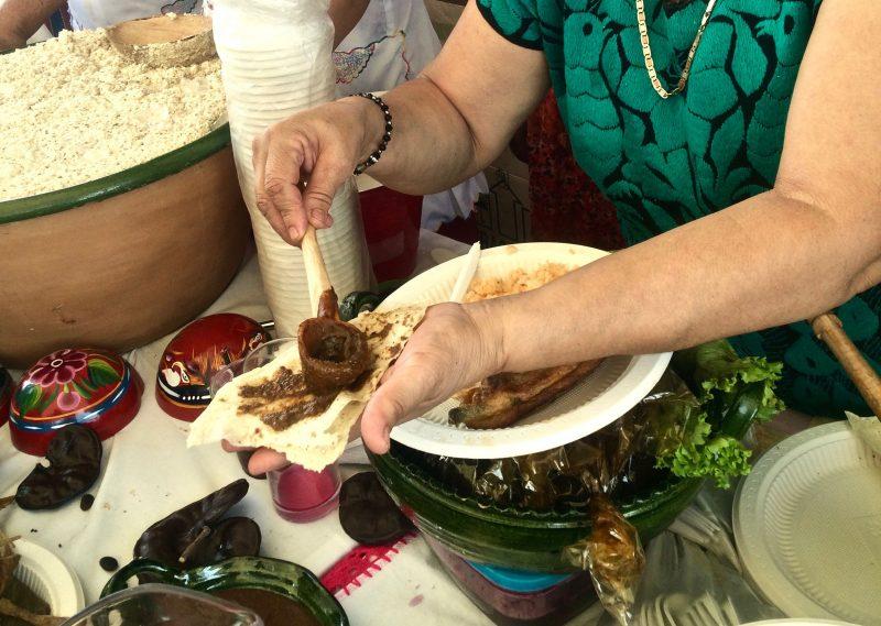 Comer con las manos. El rico placer de chuparse los dedos
