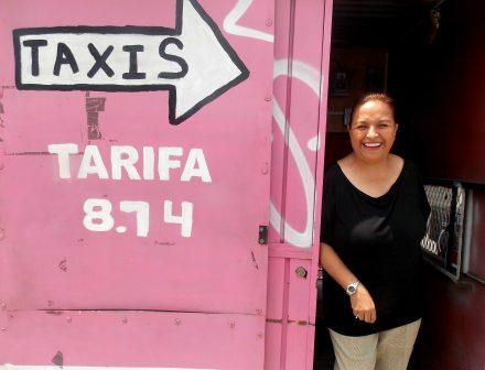 La mujer que inventó los taxis rosas